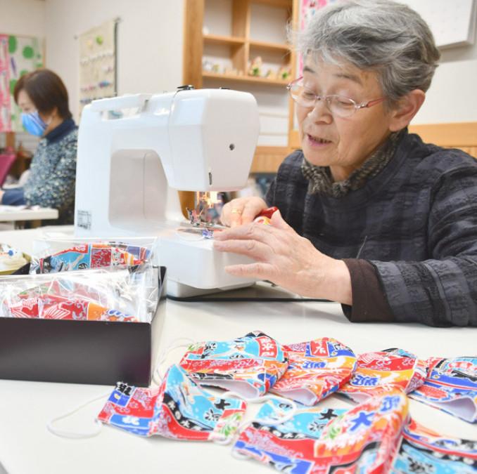 おおつちおばちゃんくらぶが和気あいあいと製作に励んでいる大漁旗柄の布マスク