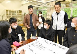二戸の未来を考えるグループワークで高校生にアドバイスする大谷史也さん(左から3人目)