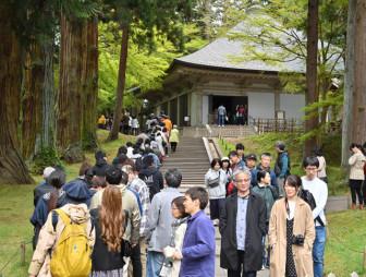 多くの観光客でにぎわう中尊寺の金色堂入り口付近=2019年5月、平泉町平泉