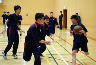 地区中学校総体の開催が決まり、心機一転、練習に打ち込む遠野東中の男子バスケットボール部員=22日、遠野市青笹町
