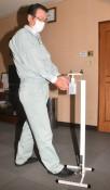 ポンプに触れない消毒器 足踏み式、奥州の企業が開発