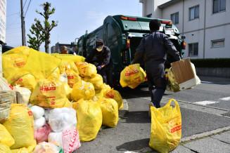 集積所に積まれたごみ袋。作業員は感染を警戒しながら収集している=北上市中野町