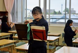 演奏の機会に向け練習に励む坂本彩乃さん