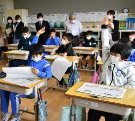 新聞ができるまでの工程や紙面の構成について学ぶ奥中山小の5年生