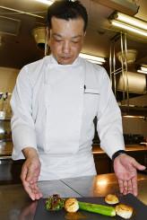 「夢がある料理でお客さまに喜んでいただきたい」と調理場に立つ柴田亮洋食料理長