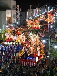 豪華絢爛な風流山車12台が市中心部を彩った山車連合パレード=2019年9月