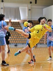 力いっぱいプレーする花巻北と花巻南の女子選手