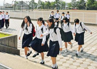 夏服姿で登校する生徒たち=1日、盛岡市西見前・盛岡南高