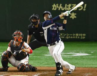 巨人との練習試合の7回、2ランを放つ西武・外崎修汰。捕手炭谷=東京ドーム