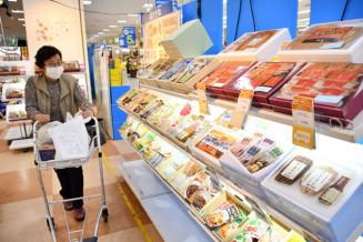 多彩な県産品が並ぶさくら野百貨店北上店のお中元ギフトセンター。感染症対策で通路幅を広げ、陳列棚も減らしている