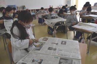 岩手日報を読み、興味のある記事を切り抜く晴山小の児童