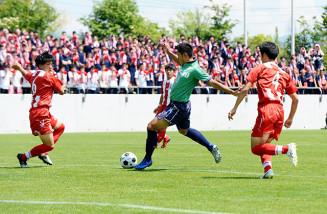 昨年の県高総体サッカー男子決勝。専大北上が盛岡商を1―0で破り初優勝した=2019年6月、盛岡市・いわぎんスタジアム