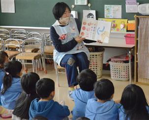 教育実習で園児に絵本を読み聞かせる学生。時間短縮を余儀なくされる県内養成機関は対応を探る