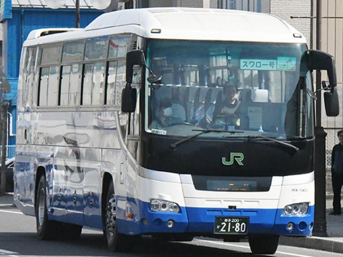 二戸駅―久慈駅間を運行するスワロー号=4月