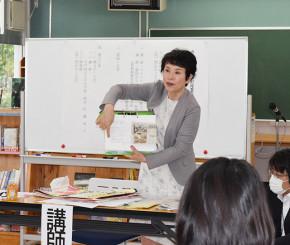 県内小中学校での新聞活用事例を紹介する高橋和江校長