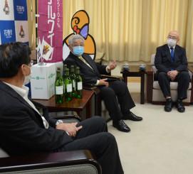 上田東一市長(左)に発売報告する藤舘昌弘社長(中央)