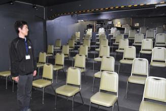 座席数を半数程度に減らしたいわてアートサポートセンター風のスタジオ。新しい生活様式に対応した表現活動を模索する=盛岡市肴町