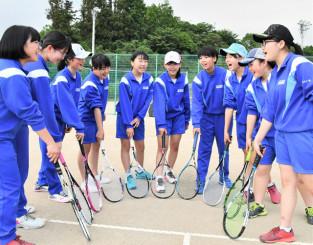 最後の大会に向けて気合を入れる赤崎中女子ソフトテニス部