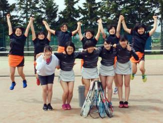 引退試合の日、部員全員で撮影した花巻北高女子ソフトテニス部。後列が2年生、前列が引退した3年生
