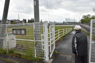 フェンスに囲まれた矢巾町立南公園。多様な用途で利用する人がおり、住民から危険性を指摘する声も上がっている