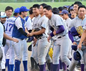 初の交流試合を行い、試合後に笑顔で握手する花巻東の卒業生と選手=県営
