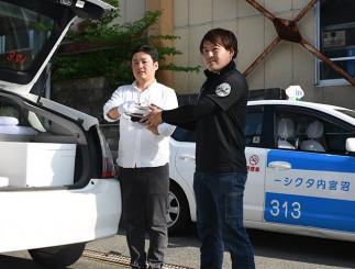 テークアウト商品の配送開始に向け、準備を進める西村徹部長(右)と伊藤真佐雄常務
