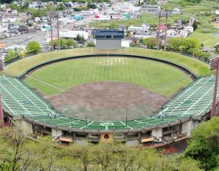 盛岡市の県営球場=5月20日(本社小型無人機から撮影)