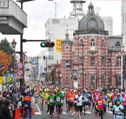 約9千人のランナーが盛岡市内を駆けたいわて盛岡シティマラソン=2019年10月、盛岡市中ノ橋通