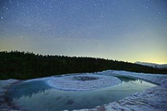 満天の星空と暗闇の中で、神秘的に浮かび上がるドラゴンアイ=9日午後8時40分、八幡平山頂付近の鏡沼(報道部・山本毅が20秒露光撮影)