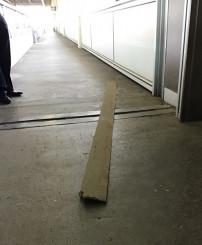 新花巻駅の上りホームに落下した長さ約3メートルの鋼板(JR盛岡支社提供)