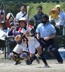 昨年の県高総体ソフトボール女子決勝。千厩が17年ぶりの優勝を果たした=2019年6月、花巻市・石鳥谷ふれあい運動公園