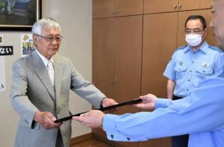 藤林隆博署長から感謝状を受ける高橋威智さん(左)