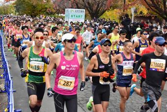 初開催のいわて盛岡シティマラソンで一斉にスタートするランナー=2019年10月、盛岡市上田・岩手大