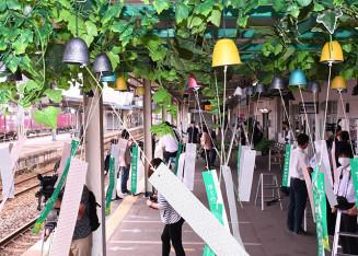 風鈴約700個が飾られたJR水沢駅の下りホーム