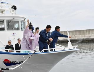 安全祈願祭で観光船の清め払いを行う関係者