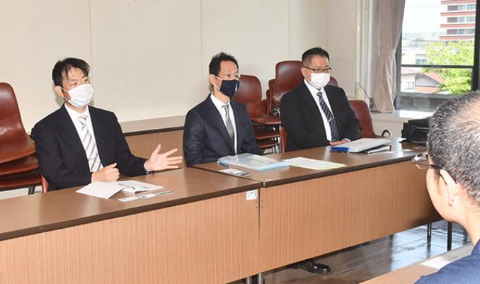 奥州市の担当者に署名活動への賛同を呼び掛けるVERAサポーターズクラブの山田慎也代表(中央)ら