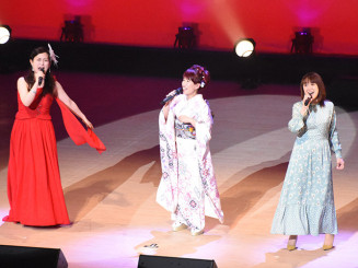 伸びやかな歌声で来場者を魅了した(右から)あさみちゆきさん、佐野よりこさん、ティーナ・カリーナさん