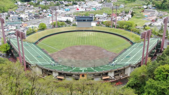 球児の活躍を心待ちにしている県営球場=5月20日(本社小型無人機から撮影)