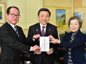 中村一郎社長(中央)に義援金を手渡す高橋文中会長(左)と佐々木慶子副会長