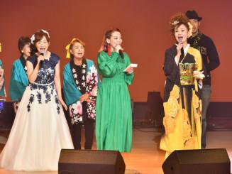 フィナーレで来場者と一緒に「ふるさと」を歌う(前列右から)小田代直子さん、リクルマイさん、金沢未咲さん