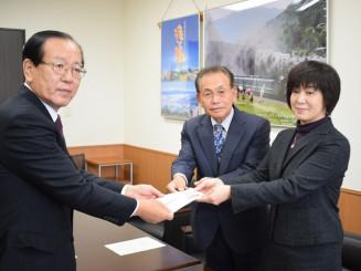 本田敏秋市長に目録を贈呈する(右から)新里佳子会長、佐々木定雄副会長