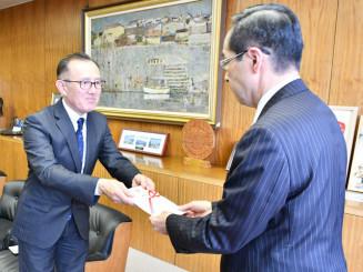 高橋敏彦市長に目録を手渡す阿部大司会長(左)