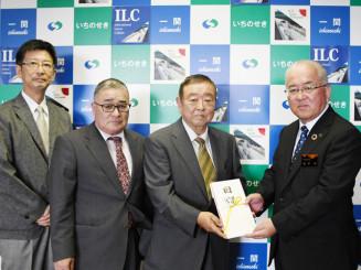 勝部修市長に目録を手渡す加賀邦彦会長(右から2人目)