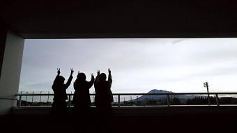 全国大会中止が決まった日、学校のベランダから岩手山を眺めた囲碁将棋部の3年生