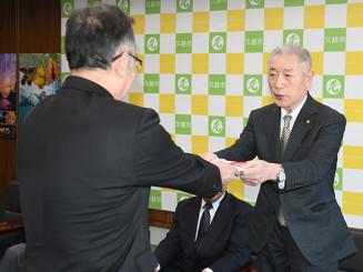 遠藤譲一市長に目録を手渡す山王敏男会長(右)