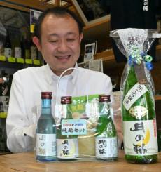 父の日のプレゼント用に販売している晩酌セットと日本酒を勧める横沢孝之社長
