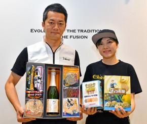 小松製菓が発売した日本酒セット(左)と、チョコ南部レモン&パイン味(右)
