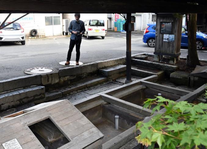 水が湧かず、底があらわになった青龍水の水場=16日、盛岡市鉈屋町