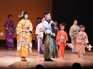 被災地を元気づけた浜守栄子さん(左から2人目)とさすけ会のステージ