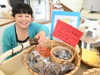 善助屋食堂で使ったドンコを再利用した「どんこヘッド」を販売する梶山幸江店長